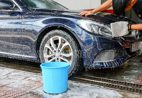 Chúng ta nên dùng dung dịch rửa xe chuyên dụng để rửa