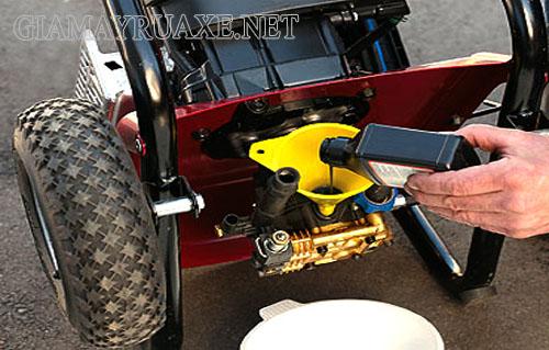 Cần thay dầu định kỳ cho máy rửa xe giúp động cơ hoạt động trơn tru và ít xảy ra sự cố