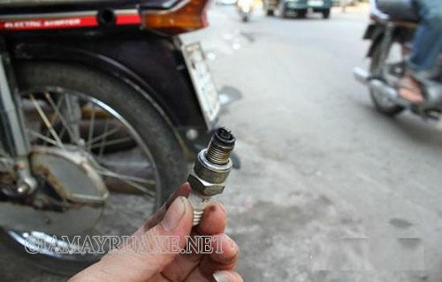 Bugi bị bẩn làm cho khả năng đính lửa kém là nguyên nhân khiến cho xe máy bị ì