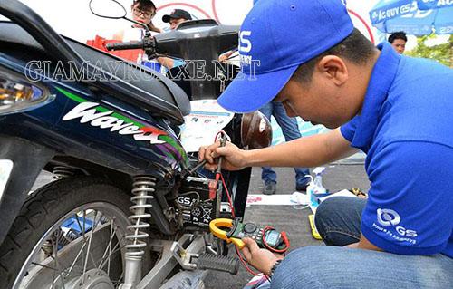 Kiểm tra hệ thống điện trên xe giúp tránh sự cố xe máy bị chập điện