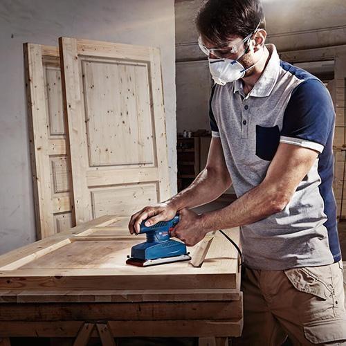 Máy mài đánh giấy nhám cầm tay được dùng nhiều trong nhà xưởng