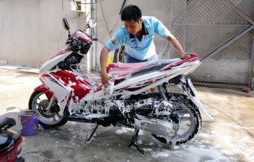Nên rửa xe máy bằng xà bông gì tốt nhất