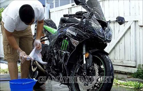 Cách rửa xe máy tại nhà như thế nào cho sạch ai cũng làm được