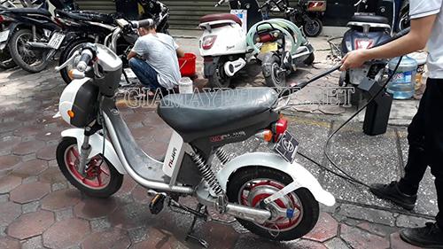 Rửa xe đạp điện