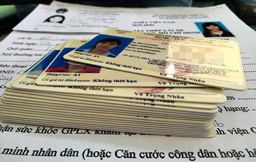 đi xe máy cần giấy tờ gì