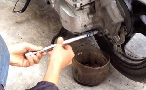 Cách thay nhớt hộp số xe air blade